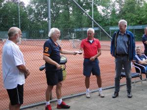 Ruud van der Laan deelt geschenkjes uit aan de harde kern van de HTC-bouwploeg. Van links naar rechts: Berry Buitelaar, Ruud van der Laan, Roelof Kassies en Hylke de Graaf.