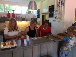 'Dames, hoe zit het met mijn bestelling?' Ineke Sybrandy, Sandra Bos en Anja Koudstaal-de Wit zijn druk in de weer die vraag adequaat te beantwoorden.