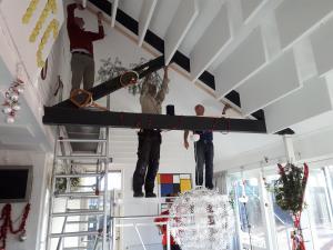 Hoogwerkers Geert Jan de Wit, Jacob Gemmeke en Roelof Pruntel draaien hun hand niet om voor deze klus. Berry Buitelaar ziet dat het goed is. (foto Jan Dorenbos).