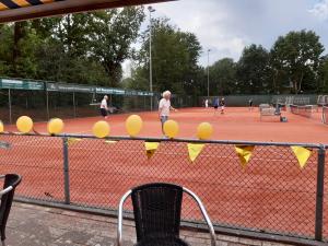 Evert Gepkens en Gerard Veerkamp maken het hun veel jongere tegenstanders knap lastig.