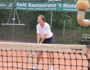 Nog zo'n vereiste om goed te tennissen: concentratie aan het net.