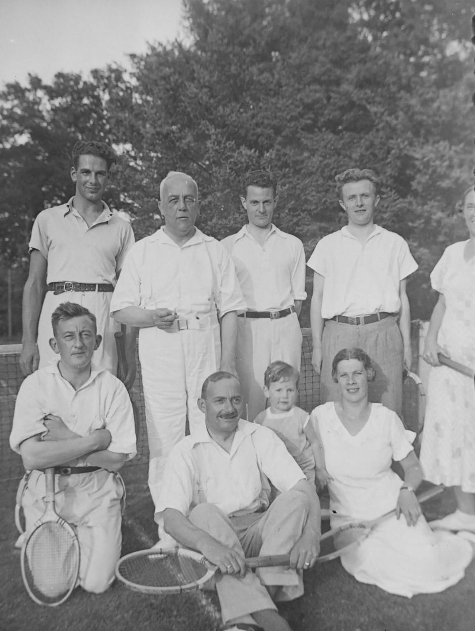 De 'eerstelingen' van HTC, die vanaf 1932 als leden van 'Doe Je Best'  aan de Raadhuislaan hun tennistalenten tentoonspreiden. (Foto familie Waterbolk)