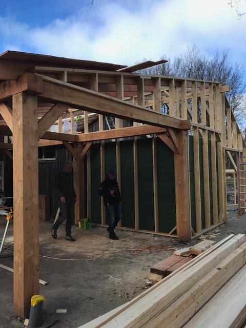 Overkapt terras en opslagruimte in aanbouw.