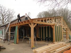 Berry Buitelaar en Roelof Kassies zoeken het hoger op bij het bouwen.